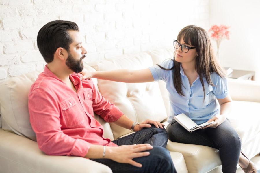 Psicóloga atendendo paciente homem