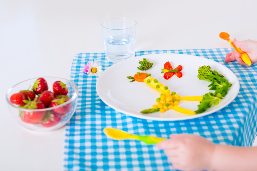 Prato criativo composto por alimentos cortados em formas diferentes sendo uma solução para os desafios da alimentação saudável na infância