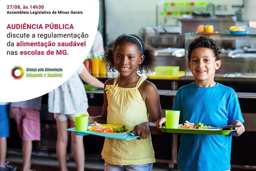 Imagem com dados sobre a audiência pública que discutiu a alimentação saudável na escola. Dois garotos, um menino e uma menina estão no refeitório da escola segurando bandejas com alimentação saudável