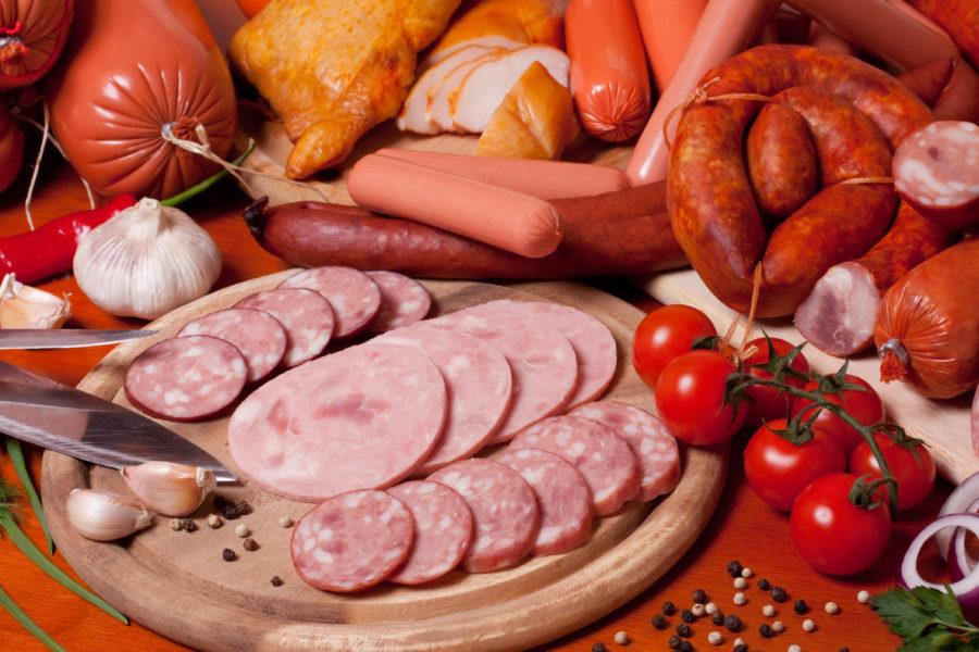 Alimentos ultraprocessados, embutidos, agrupados em uma mesa