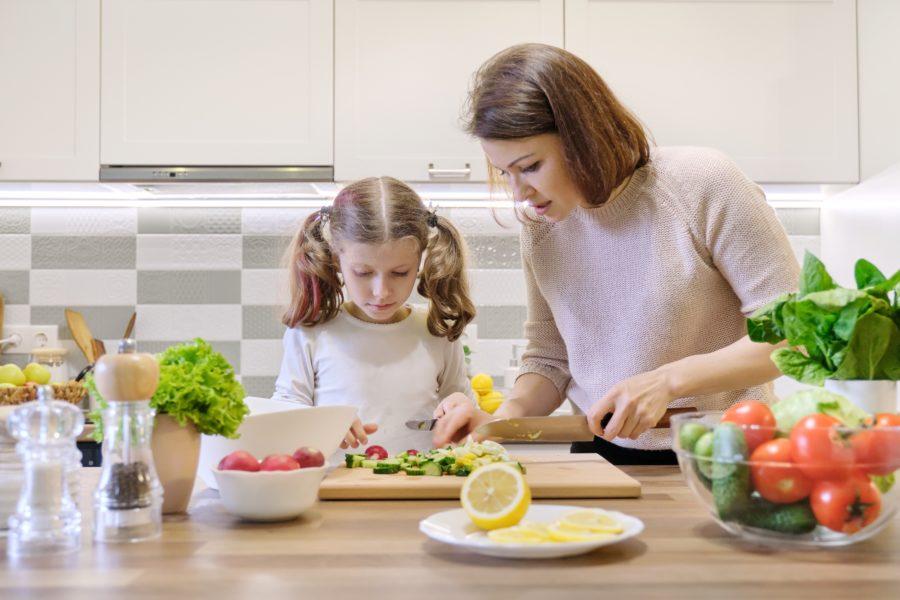 Mãe e filha cozinhando juntas durante esse período de quarentena
