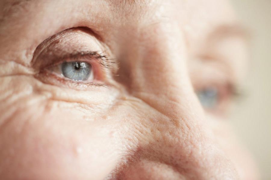 Close de olho de uma pessoa idosa