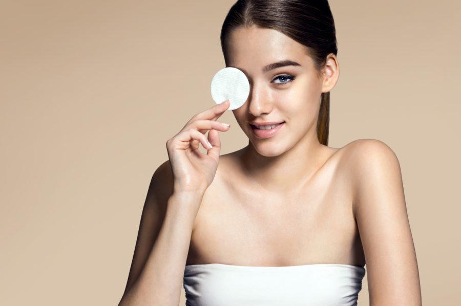 Mulher com lenço de limpar maquiagem