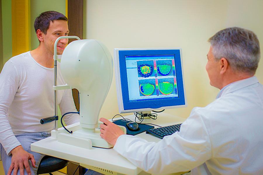 Médico examinando o olho de um paciente por meio de um aparelho