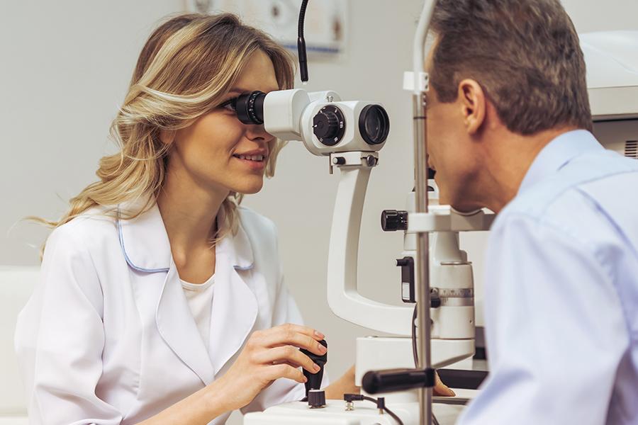Oftalmologista fazendo exame de glaucoma em paciente