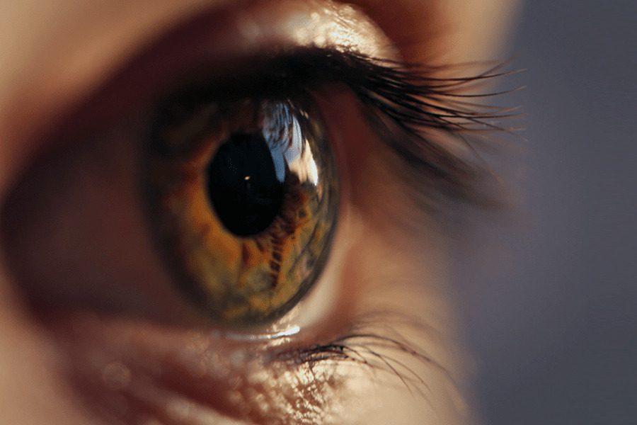 Close de um olho castanho representando o descolamento de retina