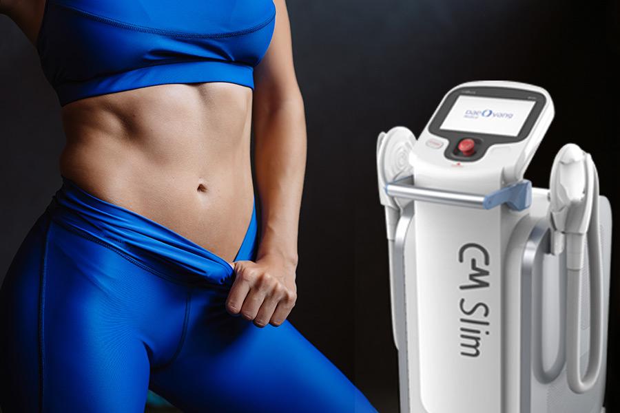 Close mulher exibindo o abdômen definido e ao lado o aparelho CMSlim que a ajudou a chegar nesse resultado. Fonte da imagem do aparelho: http://www.daeyangmed.com/