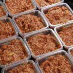 Vários potes com comida caseira preparadas para a dieta de alimentação natura dos gatos