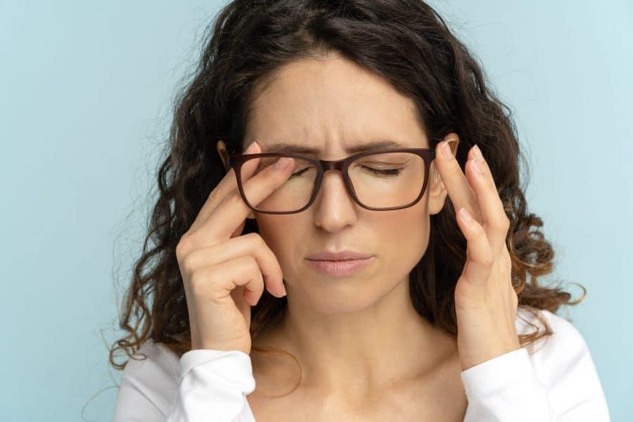 5 incômodos comuns nos olhos e o que eles representam